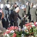 Hitlers Helfer beim Blumenabwurf in Riga.